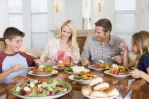 Обяд със семейството на пълна маса с ястия
