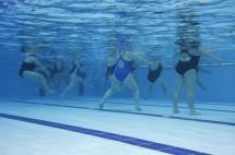 хора играят аеробика в басейн