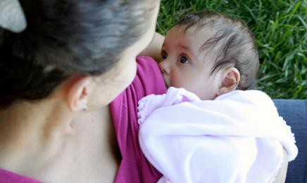 майка която кърми бебе на вън