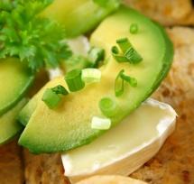 Зелено ястие върху филийка поръсено с зелени парченца