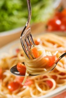 жълти вкусни спагети с резени орагжеви моркови