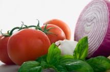 червен домат и лилав лук на бял фон