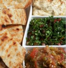 Арабско ястие с кус кус в специална чинийка