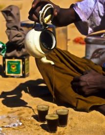 мъж който разлива Арабско кафе