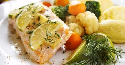 сьомга с зеленчуци, жълто картофено пюре и зелен лайм