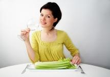 Момиче което ще яде целина в чиния с чаша вино