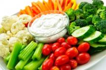 домашна майонеза, краставици, броколи,карфиол върху бяла чиния