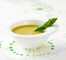 жълта крем супа с стрък зелен асперж