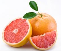 Резен жълто-червен грепфрут за закуска на бял фон