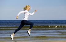 Момиче което тича на плажа