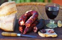 Червено вино в висока стъклена чаша и екозитично месо на вън