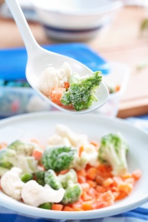 замразени зеленчуци в пластмасова лъжичка