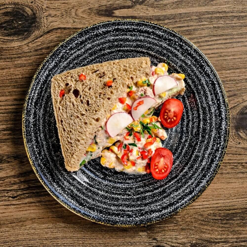 Сандвич с риба тон и царевица с люти чушки