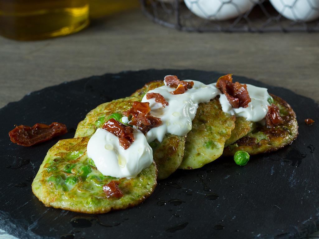 Pancakes ολικής αλέσεως με αρακά και λιαστές τομάτες