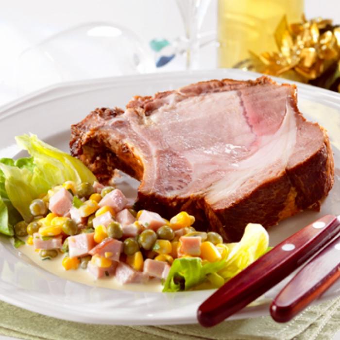 Pečeni svinjski kotleti sa salatom od kukuruza, graška i šunke