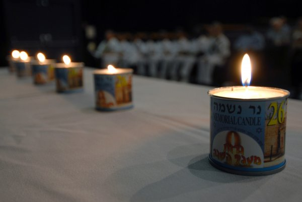 US_Navy_070426-N-4965F-003_Six_memorial_candles_are_lit_during_a_Holocaust_Remembrance_Day_cer...jpg