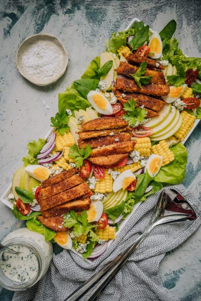 Cobbin salaatti porkkanapihveillä