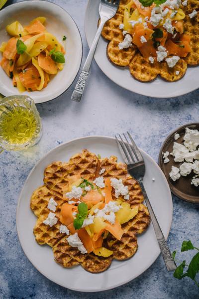 Vohvelit kasvissosekeitosta mango-porkkanasalaatin ja fetan kera