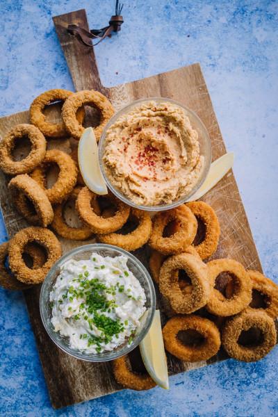 Rings-platter karamellisoitu sipuli -dipin ja bataattihummuksen kanssa