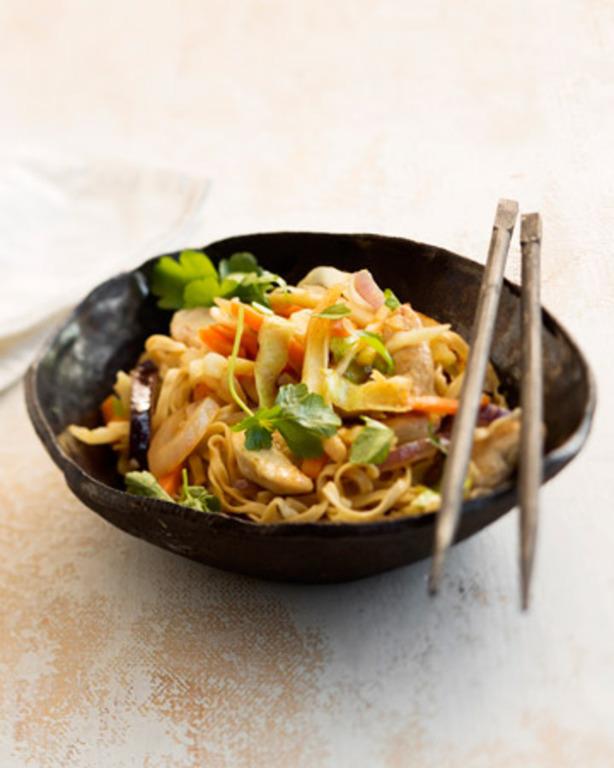 Chicken lo mein eli kanawok soijakastikkeella à la Tuorekset