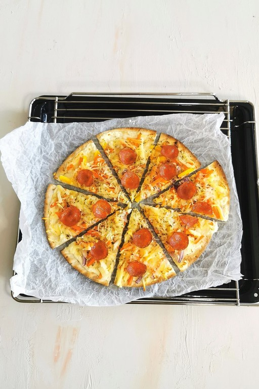 Valkoinen kasvis-pepperonipizza