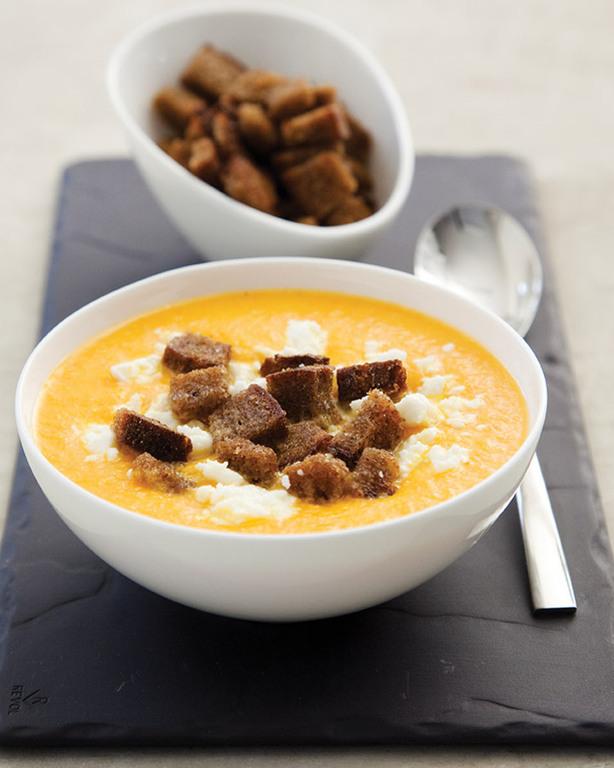 Porkkanasosekeitto fetajuuston ja ruiskrutonkien kera