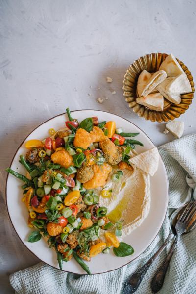 Hummusplatter kukkakaali- ja parsakaaliwingseillä