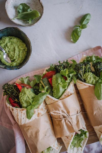Kasviswrapit hernetahnalla ja paahdetuilla vihanneksilla