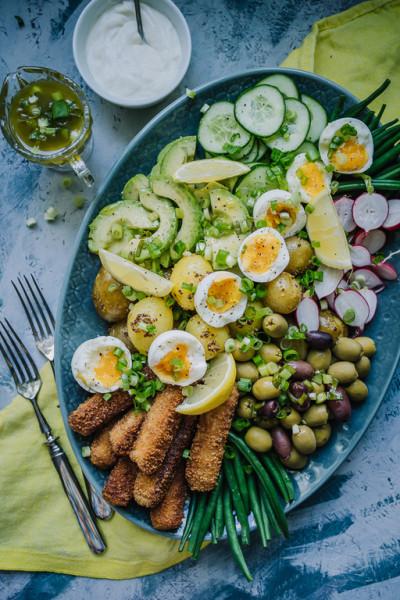 Nizzan salaatti järvikalapuikoilla