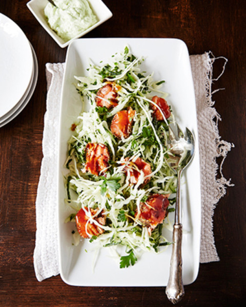 Lohipastramisalaatti ja vihreä kermakastike