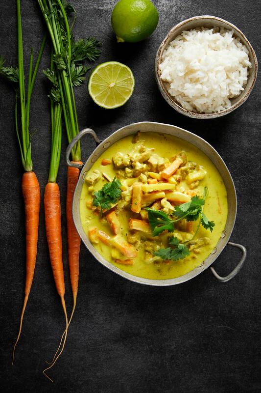 Viljaporsasta curry-kookoskastikkeessa