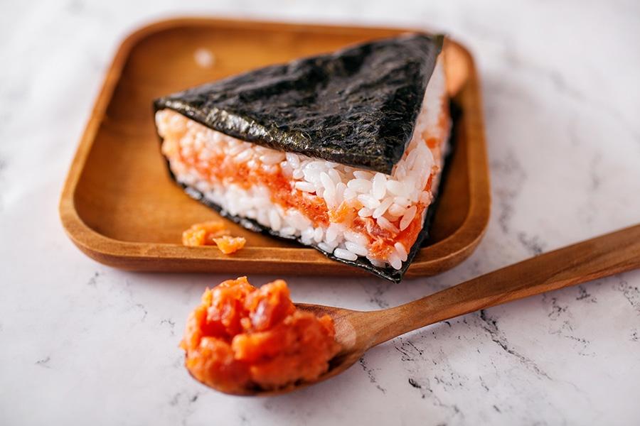 Онигири с тартаром из тунца и лосося в соусе спайси