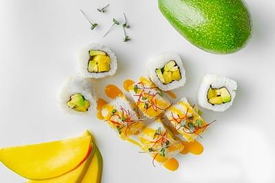 Ролл с манго и соусом Манго-маракуйя