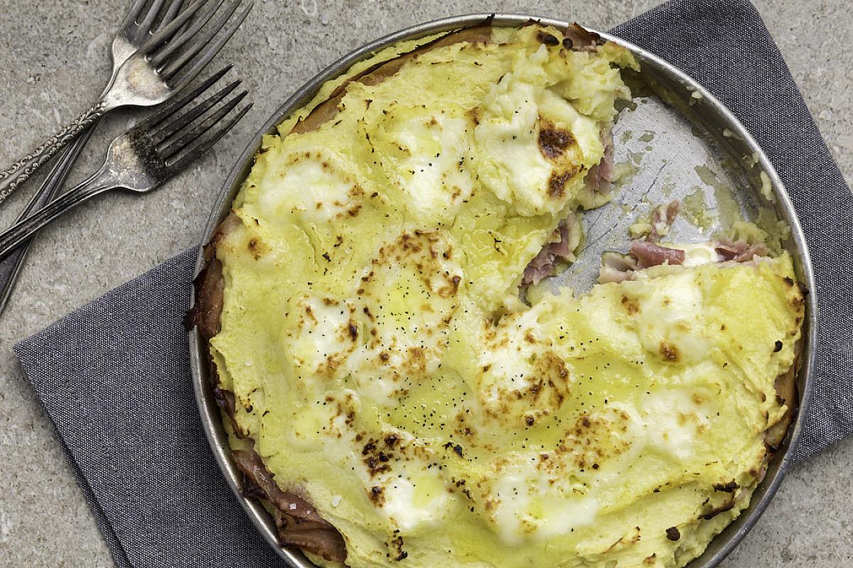 Torta di patate ripiena di prosciutto e formaggio