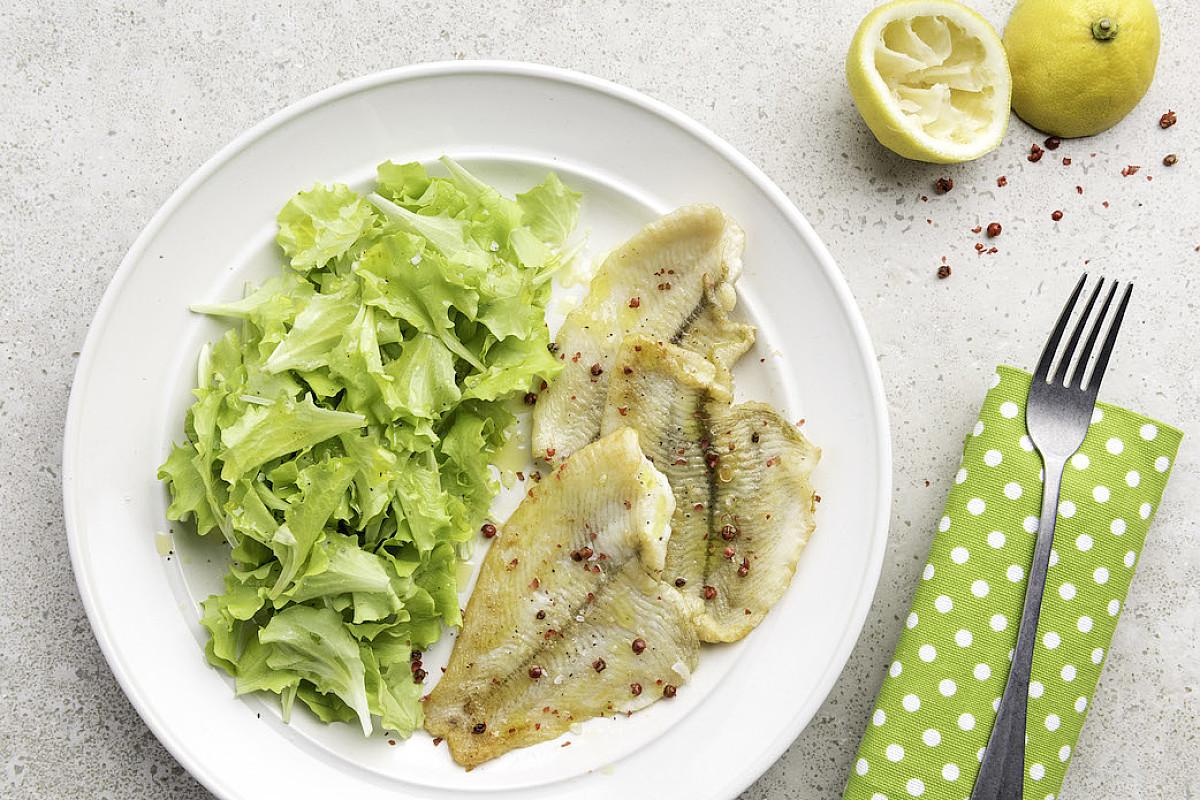 Filetti di platessa con limone, pepe rosa e insalata