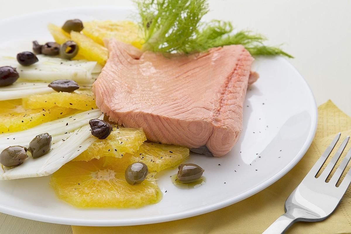 Salmone con insalata di finocchi, arance e olive nere