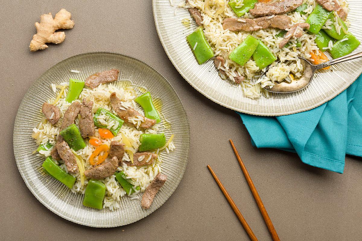 Stir fry di manzo con zenzero, taccole, peperoncino e riso aromatico