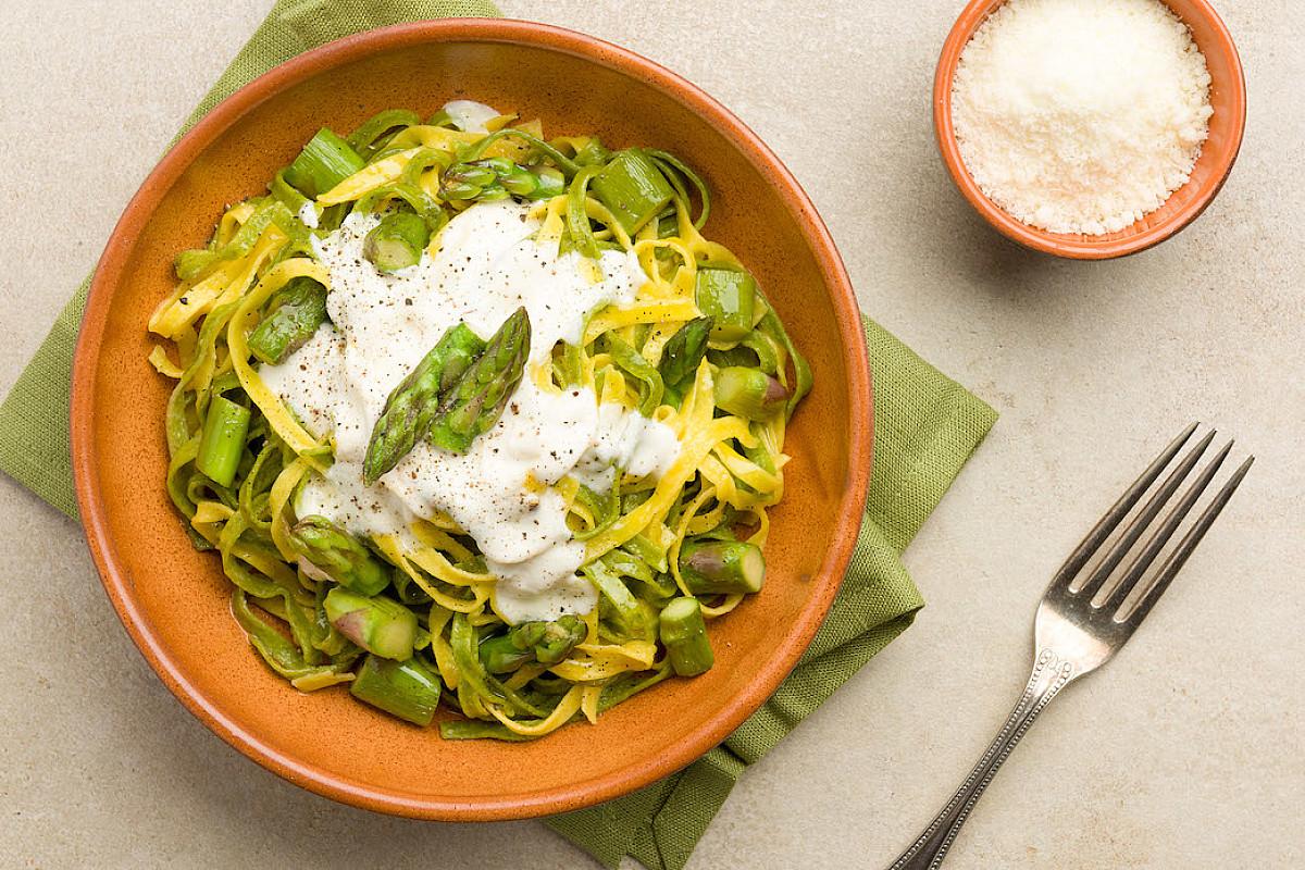 Tagliolini paglia e fieno freschi con crema di pecorino e asparagi