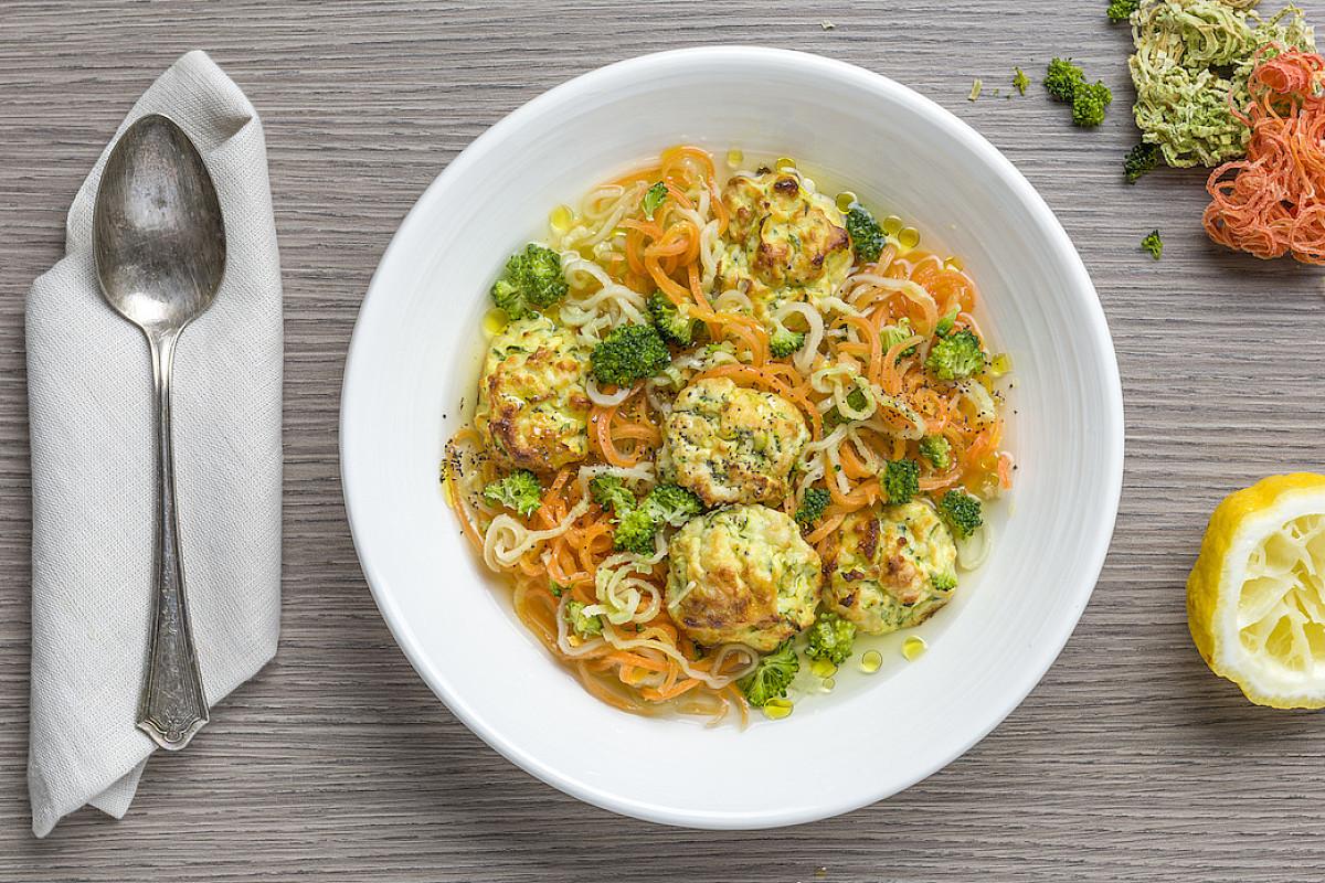 Spaghettini di broccoli e carote con brodo al limone e polpette di zucchine