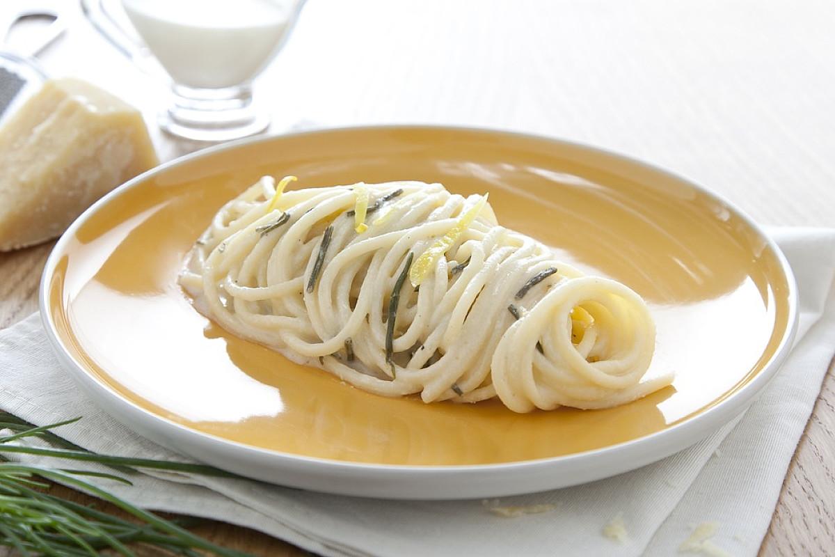 Linguine con limone, agretti e crema di parmigiano