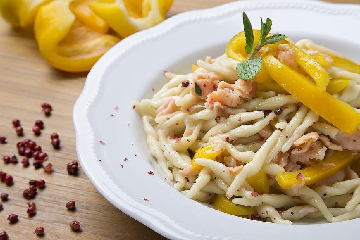 Trofie con salmone, peperone giallo e pepe rosa