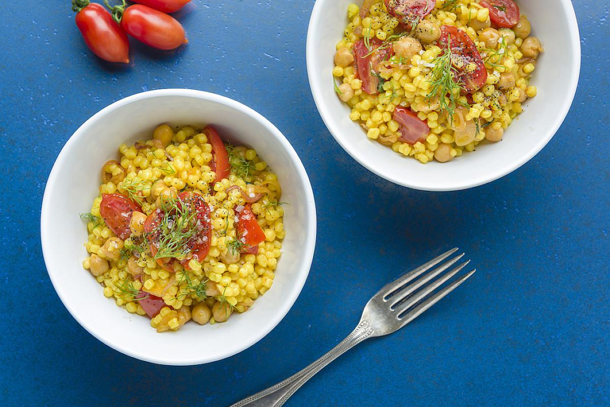 Fregola sarda allo zafferano con pomodorini, ceci e aneto
