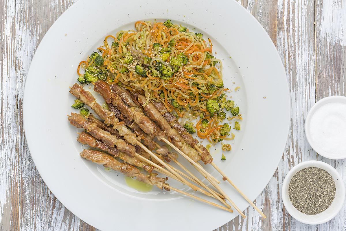 Spaghetti di broccoli e carote rosolati con arrosticini di pollo bio