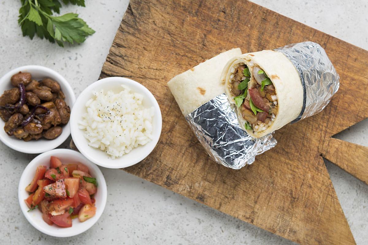 Burrito con riso, fagioli e pomodoro fresco
