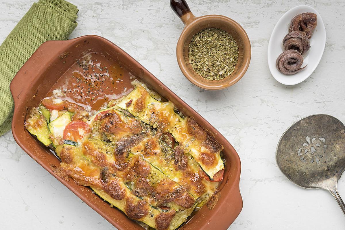 Parmigiana bianca di zucchine con caciottina e alici