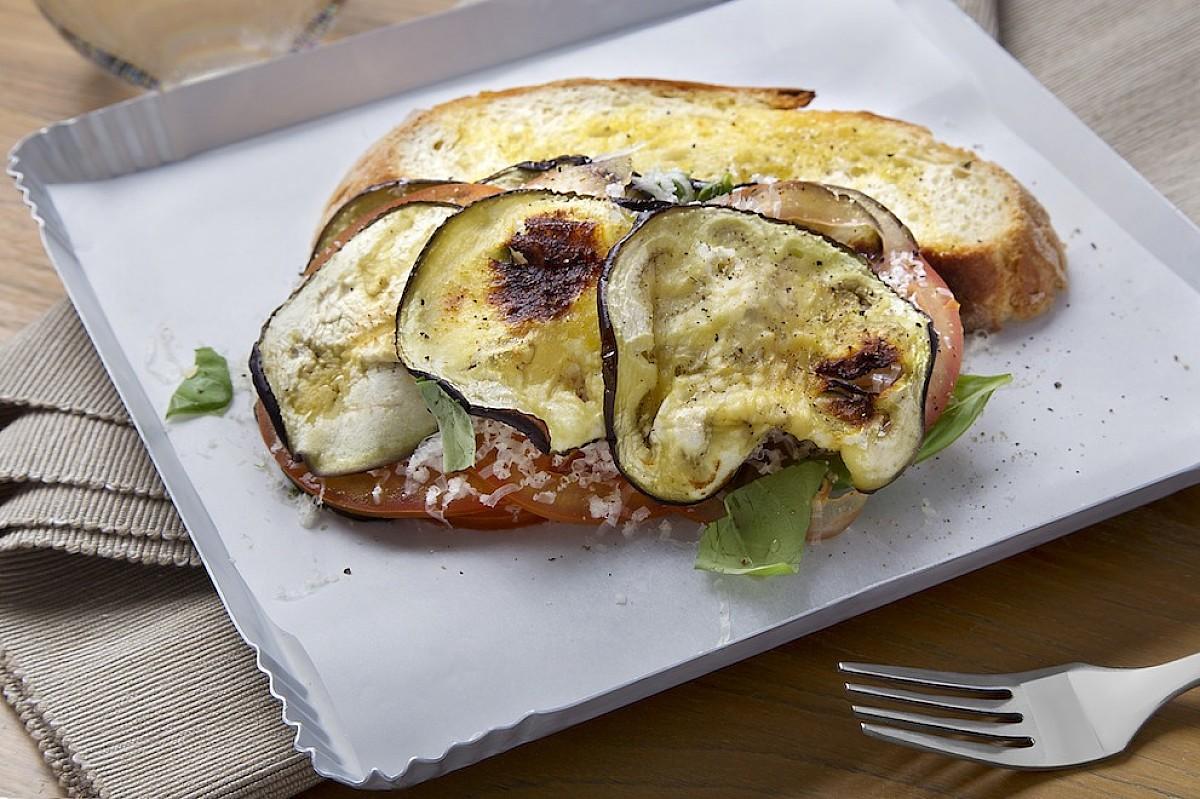 Parmigiana leggera di melanzane con crostone di pane