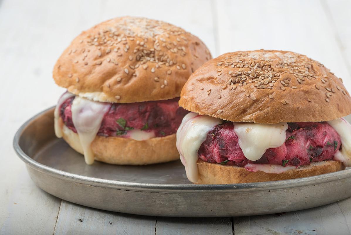 Hamburger di barbabietola con taleggio