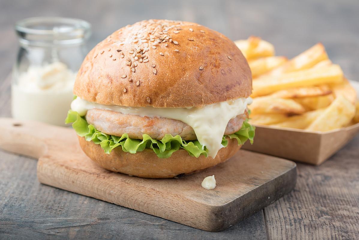 Hamburger di pesce con maionese allo zenzero e patate al forno