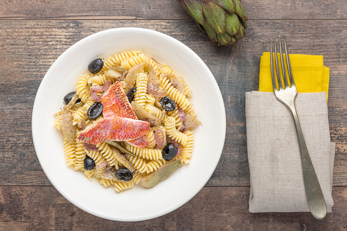 Fusilli con triglie, olive e carciofi