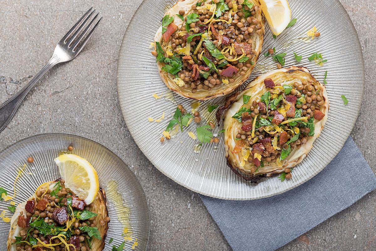 Fette di verza al forno con lenticchie e pancetta croccante